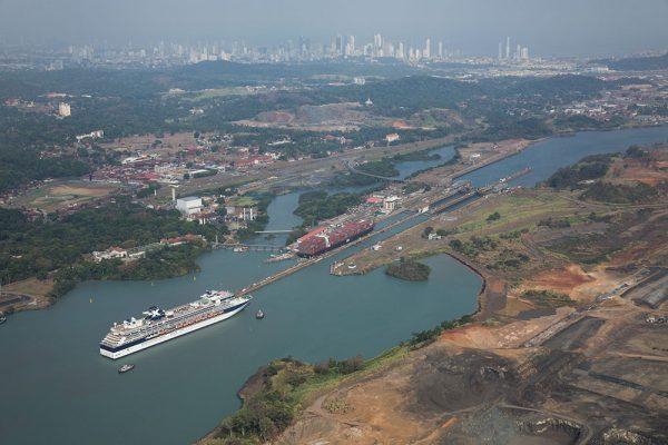 ユニークなパナマ運河を体験