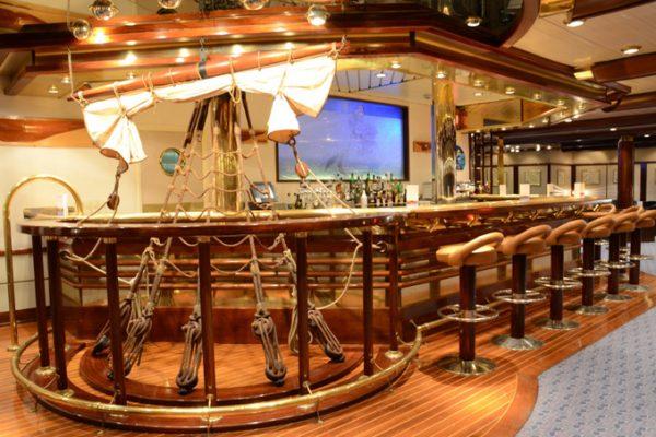 歴史ある客船、美しいウッドデッキも