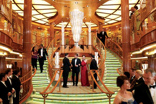 英国の歴史が感じられる上品な船内とクルーズライフ