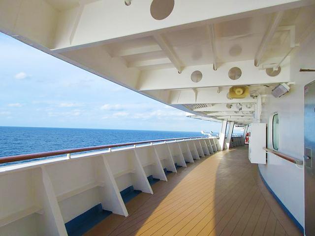 船首の左舷側から右舷側に歩いてみました