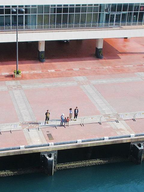 船の航跡とフラッグポールと浮輪