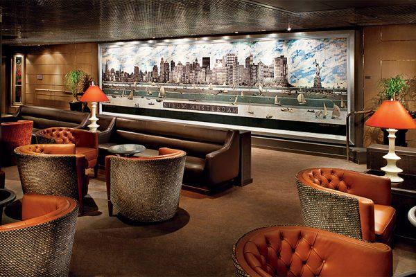 美術品を多く取り入れた、クラシカルな内装と充実の船内設備
